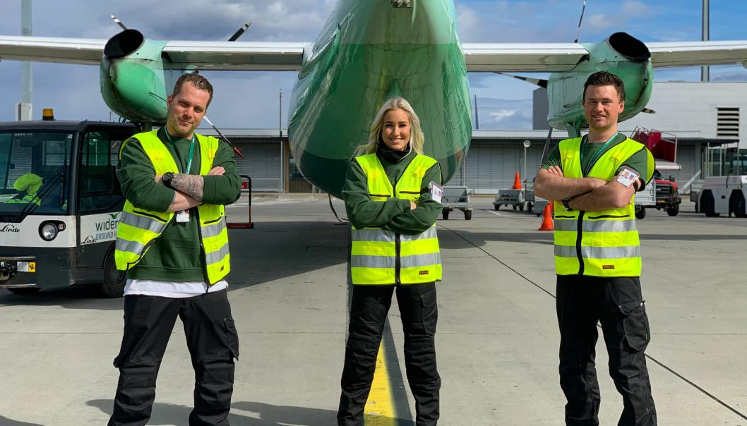 Disse tilbyr nå fraktflyselskaper og andre flyselskaper bærekraftig vask og avising av fly. En ny løsning for en mer klima- og miljøvennlig luftfart er etablert på Norges hovedflyplass. WGHs stasjonssjef, Merete Elvestad, flankeres av driftsleder landside Are Gloppen og Jarle Habberstad flyside.