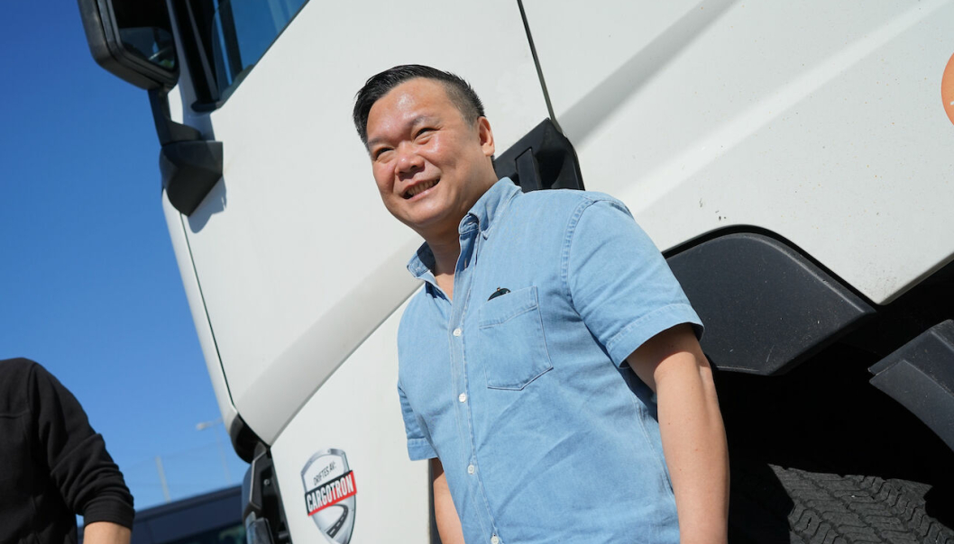 Logistikk-koordinator Dennis Dang i Cargotron har fått en ny hverdag med innovative transportløsninger. (Foto: Swipload)
