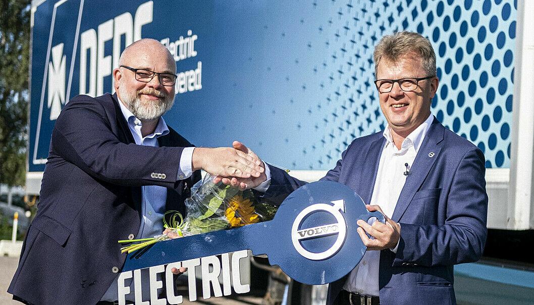 Den første Volvo FM Electric ble overlevert av administrerende direktør i Volvo Trucks, Roger Alm (t.h.), til Niklas Andersson i DFDS i august. Leveransen av resten av de 100 lastebilene starter i fjerde kvartal 2022. (Foto: Volvo)