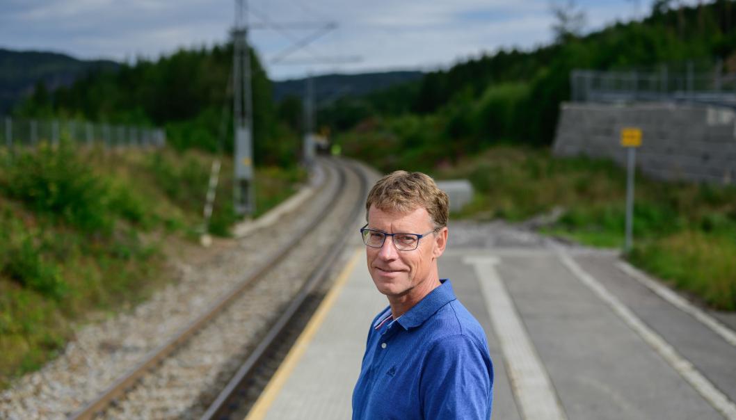 Det meste går på skinner for vår nye jernbanedirektør, Knut Sletta. Her er han fotografert på sitt hjemsted Harestua. (Foto: Fartein Rudjord)