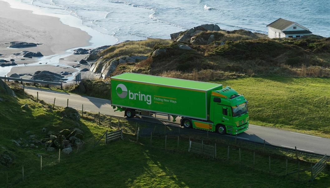 Bring lastebil på kystvei med havet som bakteppe.